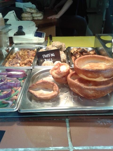 Na hora a fome era tanta que nem tirei foto do meu Yorkshire Pudding. Mas fui atrás e consegui fotografar um para vocês terem uma ideia de como é.