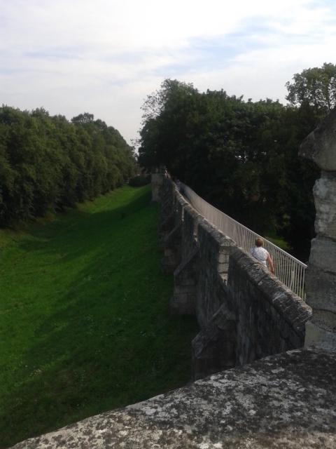 Passeio pelas muralhas romanas