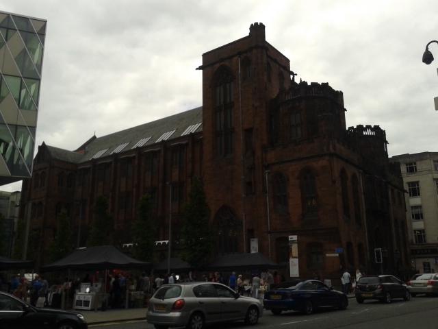 Biblioteca John Rylands por fora e mercado de rua da