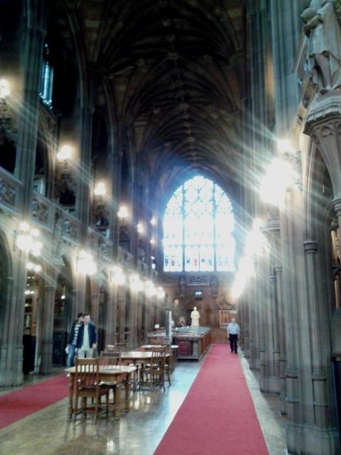 Biblioteca John Rylands por dentro - parece uma Igreja Gótica. Muito linda!