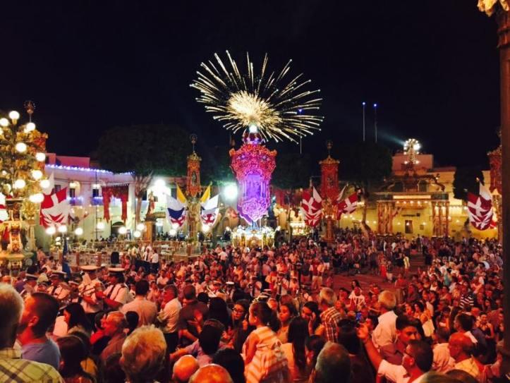 Espetáculo de fogos de artifícios na festa da padroeira na Ilha de Gozo