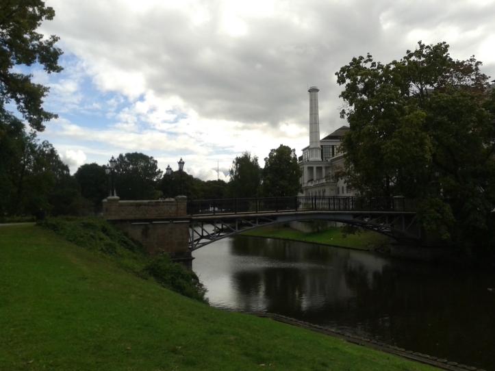 Parque Bastejkalns - uma maravilha de área verde construída no local das antigas muralhas da cidade