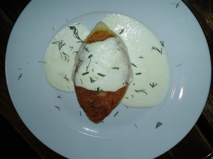 """""""Panqueca"""" de batata recheada com carne de porco e molho de queijo"""