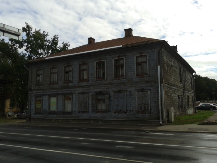 Uma das várias casas de madeira do subúrbio de Riga, local habitado, predominantemente, pelo proletariado