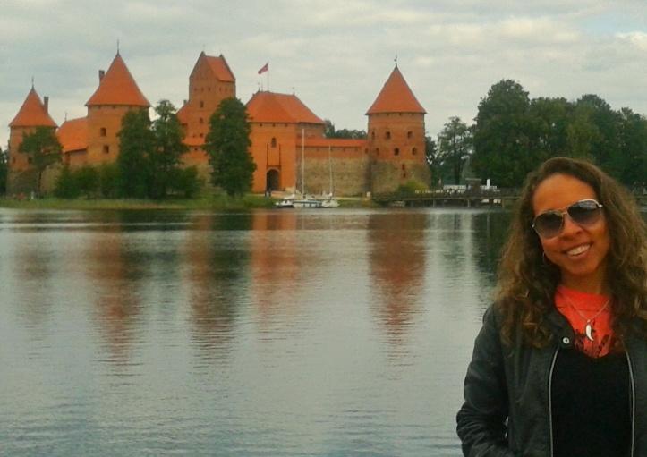 Castelo_de_Trakai_ao_fundo-01[1]