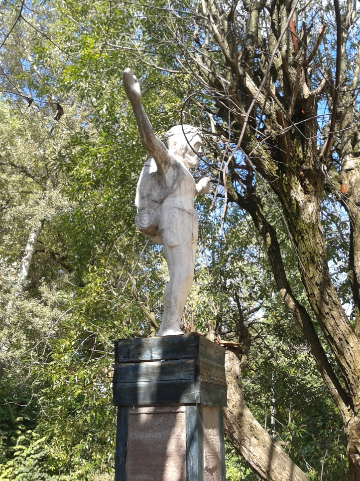 Em Uzupio encontrei a melhor escultura da viagem: o Cristo Mochileiro!