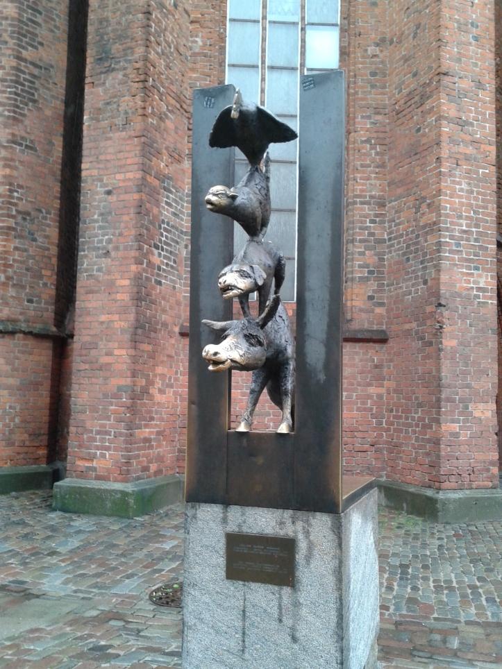 Estátua dos músicos de Bremen com os focinhos brilhando de tanto as pessoas alisarem em busca de sorte!