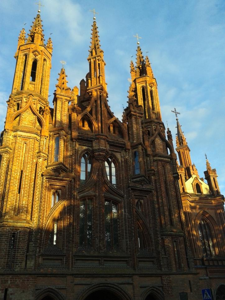 Fachada da Igreja St. Anna, um belo exemplar Gótico