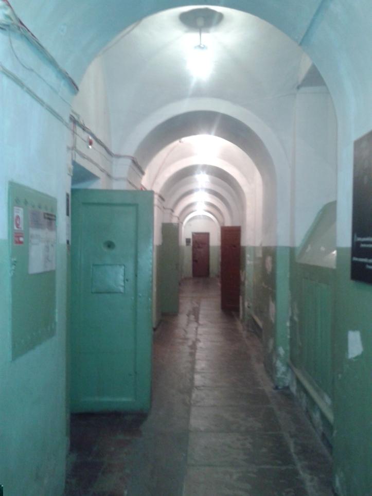 Um dos corredores do Museu da KGB com as antigas celas de prisioneiros