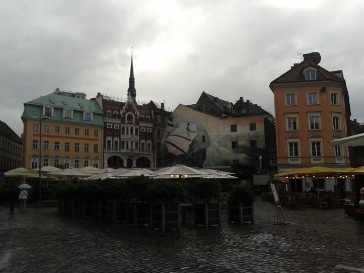 Praça Livu, rodeada por restaurantes e cafés