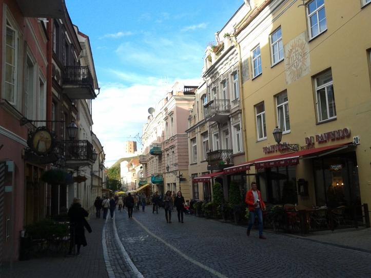 Rua Pilies com seus restaurantes e cafés