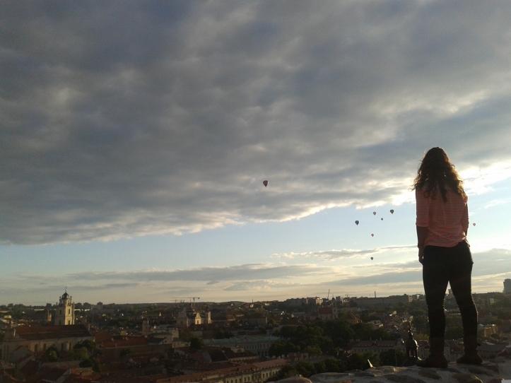 Vista do alto do morro da Torre Gediminas com os balões ao fundo