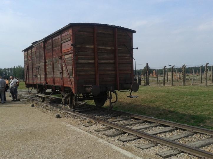 Antigo vagão dentro do qual chegavam judeus, ciganos, prisioneiros de guerra, entre outros desafortunados, para o campo de concentração de Birkenau, muitos deles indo direto para as câmaras de gás