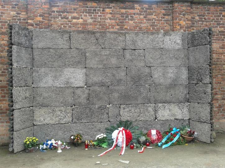 Muro onde os prisioneiros de Auschiwitz eram executados cruelmente