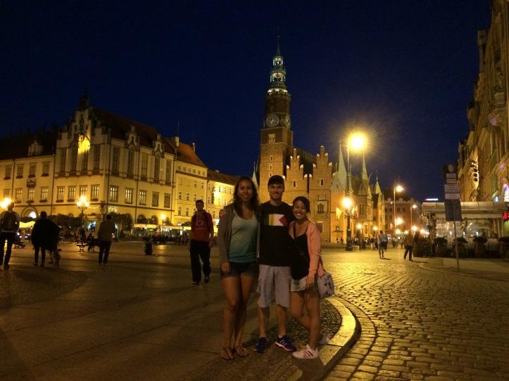 Carina, Mauro e eu na praça central (Rynek)