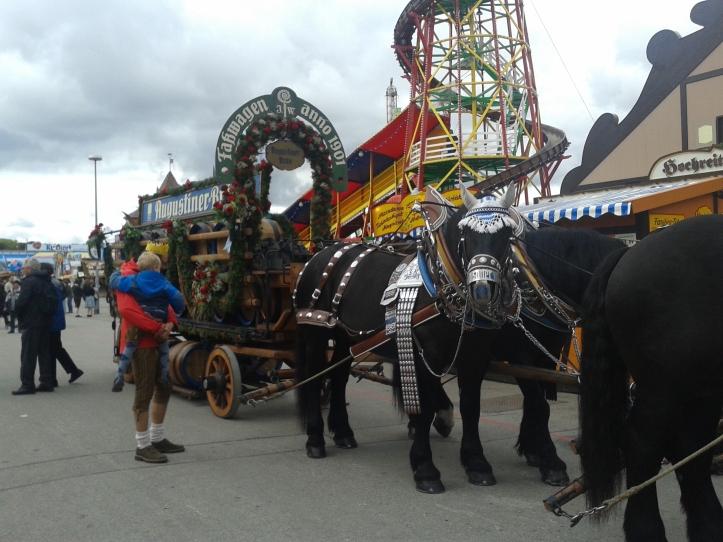 Carruagem com cervejas puxada por lindos cavalos