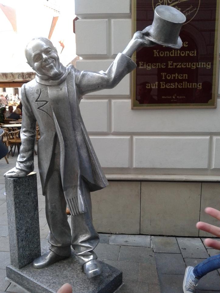 Escultura do Ignaz, tirando o chapéu para as mulheres