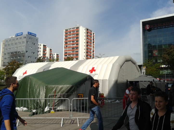 Estrutura montada pelo exército na estação de trem para dar assistência aos refugiados