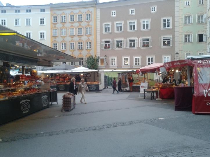 Feirinha de comidas junto à Kollegienkirche