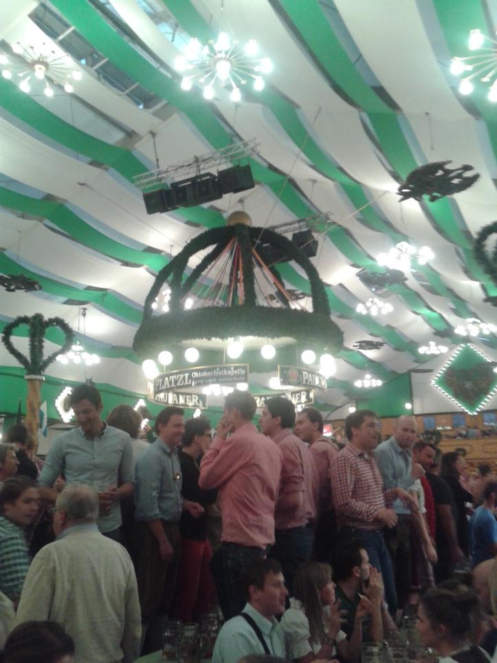 Galera na tenda da Löwenbrau em cima da mesa para o brinde