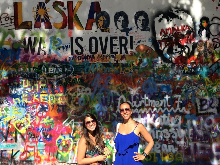 Carina e eu no John Lenon wall após deixarmos nossa marquinha