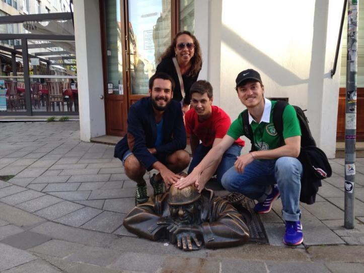 Com os meninos junto à escultura do homem trabalhando