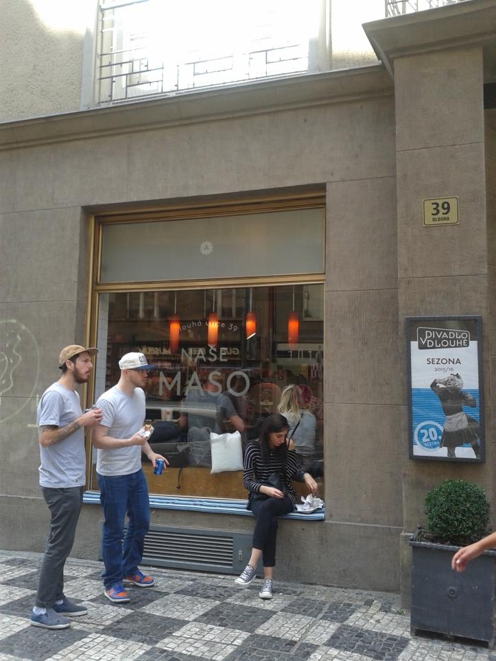 Fachada do açougue e restaurante Naso Maso, com direito a banquinho na rua
