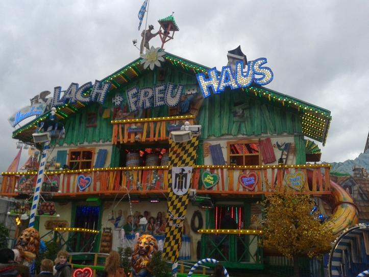 Um dos brinquedos do parque de diversões do Oktober Fest
