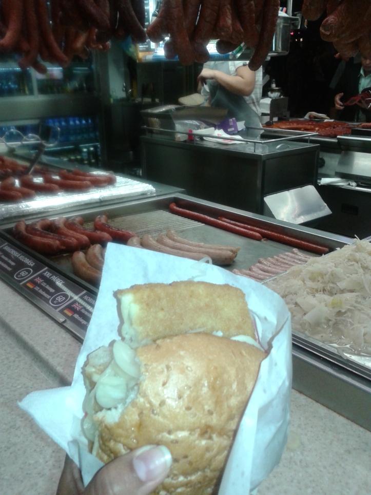Queijo frito empanado no pão! Bem básico, mas típico da região.