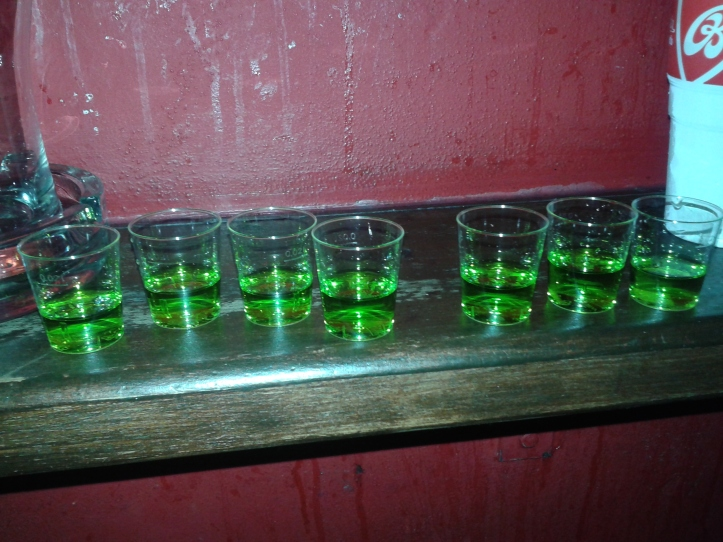 Bebida de boas vindas na primeira parada do Pub Crawl: Absinto!