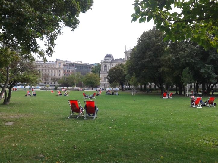 Galera relaxando no Parque Sigmund Freud