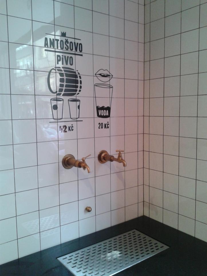 É assim que se toma água e chopp no Naso Maso: direto da torneira!