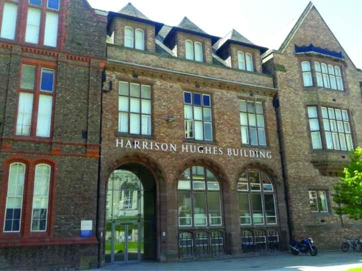 Harrison Hughes, o prédio da Faculdade de Engenharia, onde fica o laboratório do ARU
