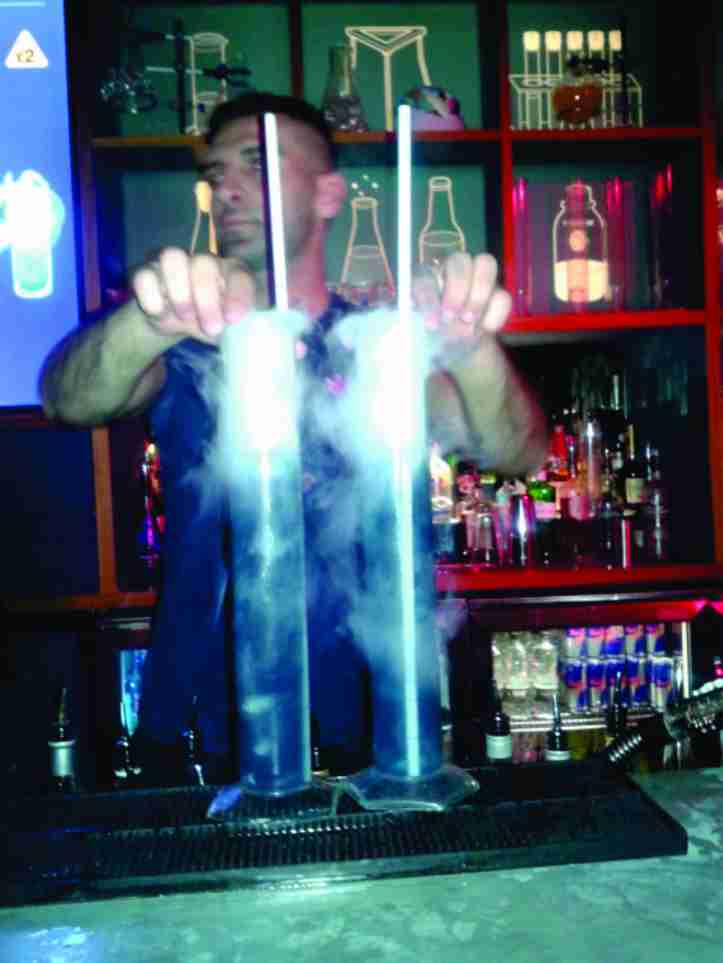 Baabar - bar badalado com música e shots variados preparados como se fosse um experimento químico!