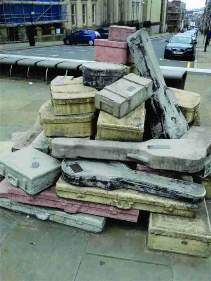 Monumento em homenagem aos Beatles na Hope St representando as malas e intrumentos dos integrantes