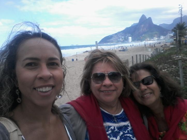 Eu, minha mãe e minha tia Silvana na praia de Ipanema