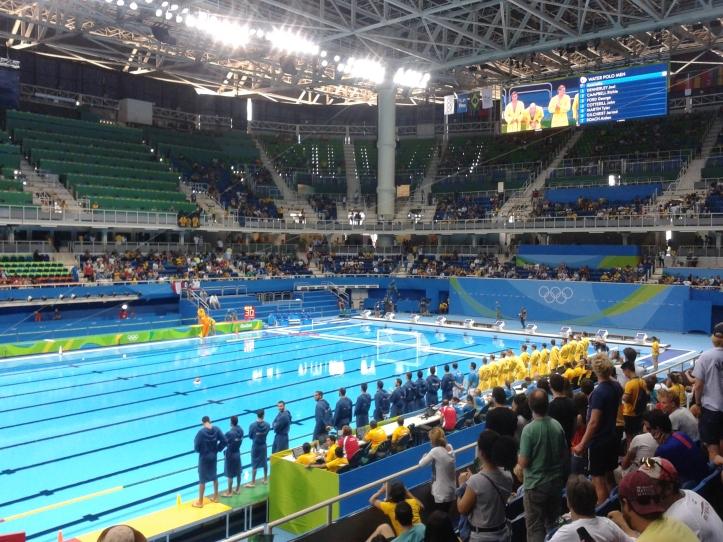 Estádio Aquático Olímpico por dentro no pré-jogo de polo aquático Austrália x Grécia