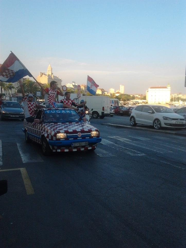 Carro com torcedores da Croácia