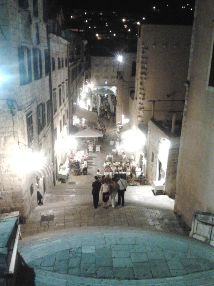 Centro antigo de Dubrovnik a noite