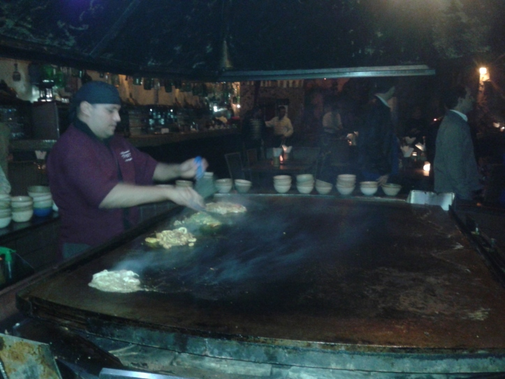 Chapeiro do restaurante Tantra grelhando a os pratos montados pelos clientes