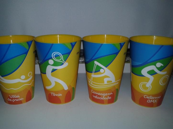 Copos de cerveja com os temas dos esportes da Rio 2016