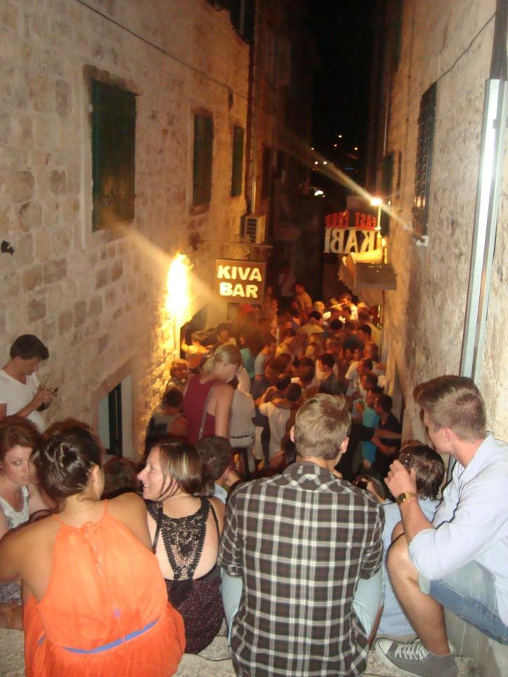 Escadaria e rua do Kiva Bar