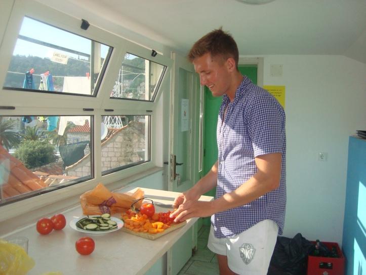 Jantar sendo preparado por nosso colega alemão