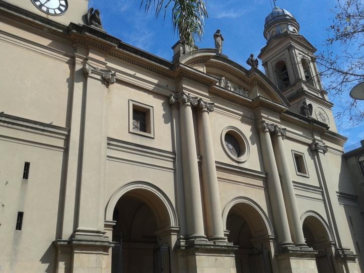 Fachada principal da Catedral Metropolitana de Montevidéu