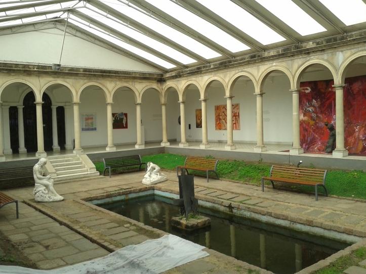 Exposições no pátio do Museu Blanes
