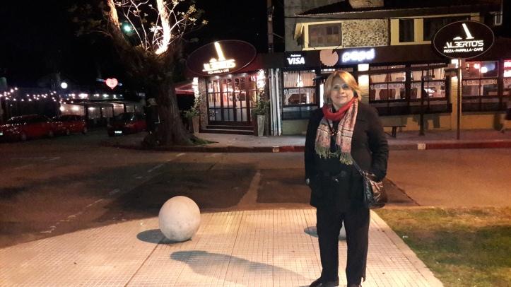 Minha mãe em frente ao restaurante Alberto's