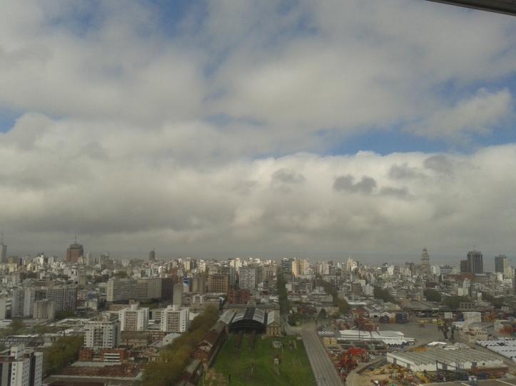 Montevidéu vista do alto do mirante da Torre de Telecomunicações com o rio del Plata ao fundo