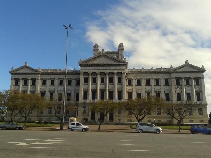 Acesso principal do Palácio Legislativo (Parlamento) pela av. General Flores
