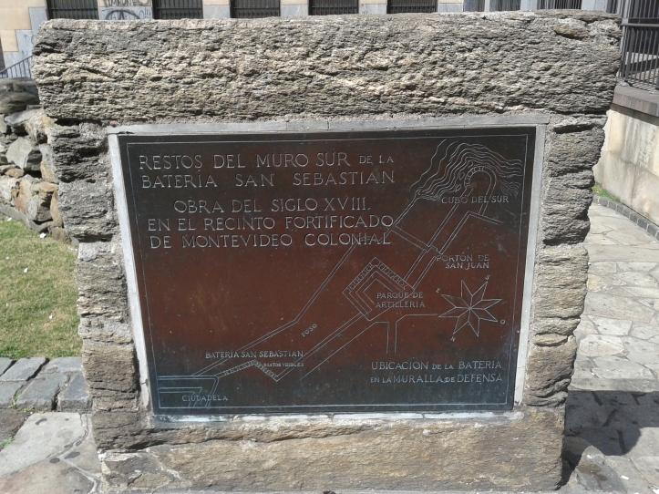 Placa descrevendo como era a muralha sul que envolvia Montevideu do século XVIII