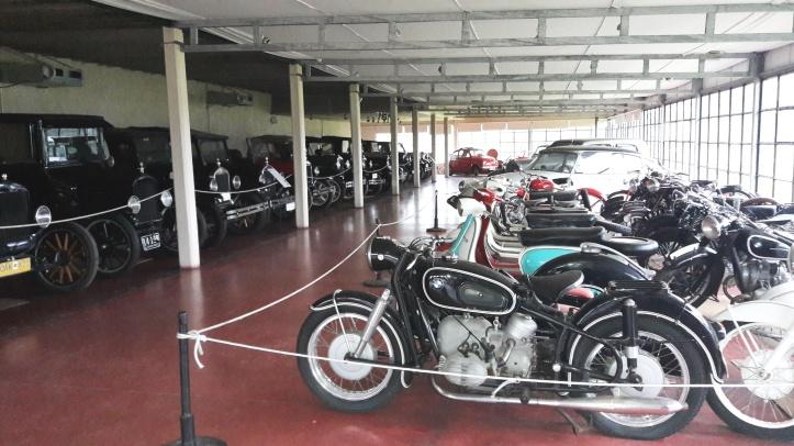 Veículos antigos da coleção da Bodega Bouza